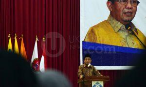 Ketua BPK RI, Dr. Harry Azhar Aziz, MA saat mengisi materi dalam Kuliah Umum Fakultas Ekomomi dan Bisnis Islam (FEBI), di Gedung Akademik Center (AC) Universitas Islam Negeri Raden Fatah (UIN RF) Palembang, Senin (07/11).