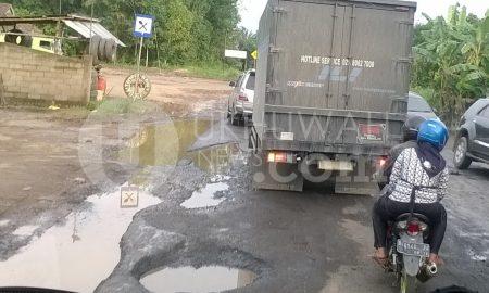 Rusak - Jalan lintas Palembang Jambi mengalami kerusakan pada beberapa titik di sekitar daerah Kabupaten Musi Banyuasin, Senin (28/11). Kerusakan tersebut menyebabkan kemacetan panjang di daerah Lubuk Lancang dan Terminal Betung, bahkan untuk menghindari terjadinya kecelakaan beberapa lubang ditanami pohon pisang sebagai penanda. Ukhuwahnews.com/Ellyvon
