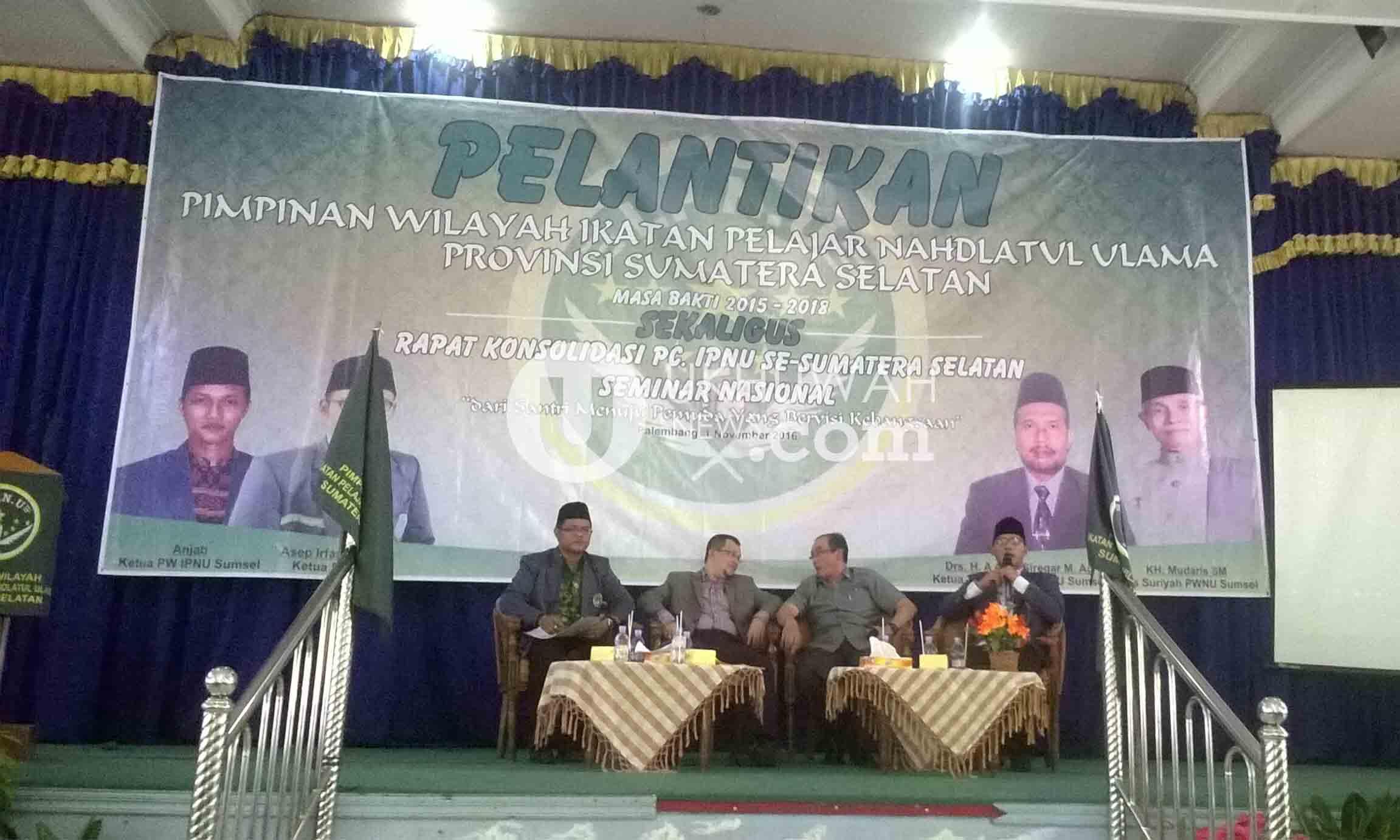 """Pimpinan Pusat Ikatan Pelajar Nahdatul Ulama (IPNU), Asep Irfan Mujahid (paling kanan) sedang memberikan materi pada Seminar nasional bertemakan """"Dari santri menuju pemuda yang bervisi kebangsaan"""". Digelar di Aula MAN 3 Palembang, seminar yang dilakukan merupakan rangkaian agenda dari Pelantikan IPNU Sumatera Selatan. Selasa (1/11). Ukhuwahnews.com/Ellyvon"""