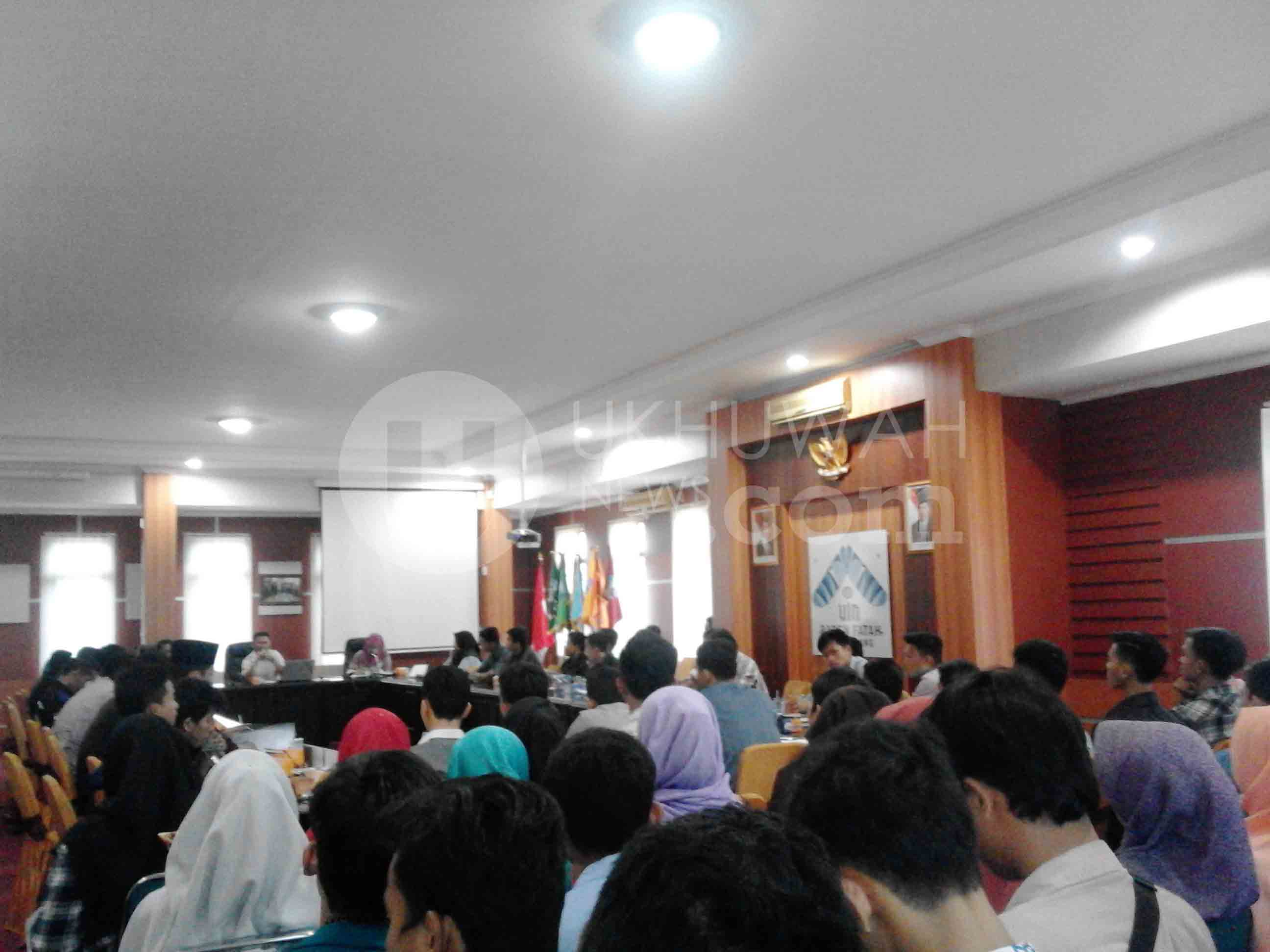 Sedang berlangsungnya diskusi antara Wakil Rektor III UIN RF, Rina Antasari dengan perwakilan mahasiswa dari seluruh Unit Kegiatan Mahasiswa Khusus (UKMK) serta pengurus Dema dan Sema-U Tahun 2015 sebelumnya membahas draf Pedoman Komisi Pemilihan Umum Mahasiswa (KPUM) menjelang Pemilihan Mahasiswa Raya (Pemira) Tahun 2016, di Gedung Rektorat UIN RF, Selasa (8/11).