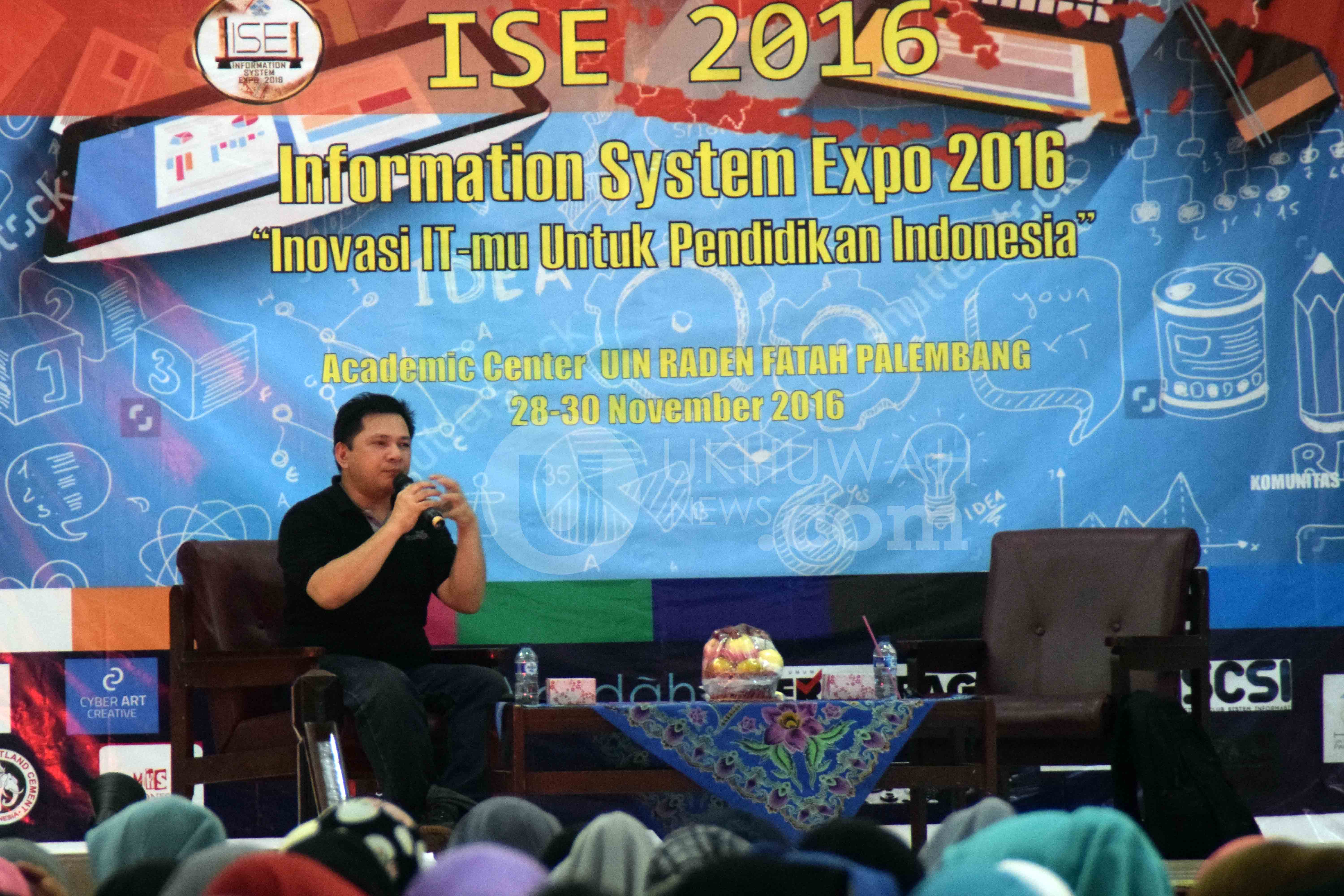 Head Of Executive PHP Indonesia Peter Jack Kambey mengisi materi seminar seputar dunia Information Tecnology (IT) pada acara Information System Expo 2016 di gedung Academik Centre (AC) Universitas Islam Negeri Raden Fatah Palembang, (30/11/2016). Ukhuwahnews/Nopri Ismi
