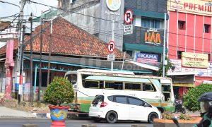 Parkir - Salah satu mobil bus angkutan khusus parkir di area dilarang parkir tepatnya di jalan Jend. Sudirman km. 3 Sekip Pangkal. Sabtu, 18/2/2017. Ukhuwahfoto/Sobarudin