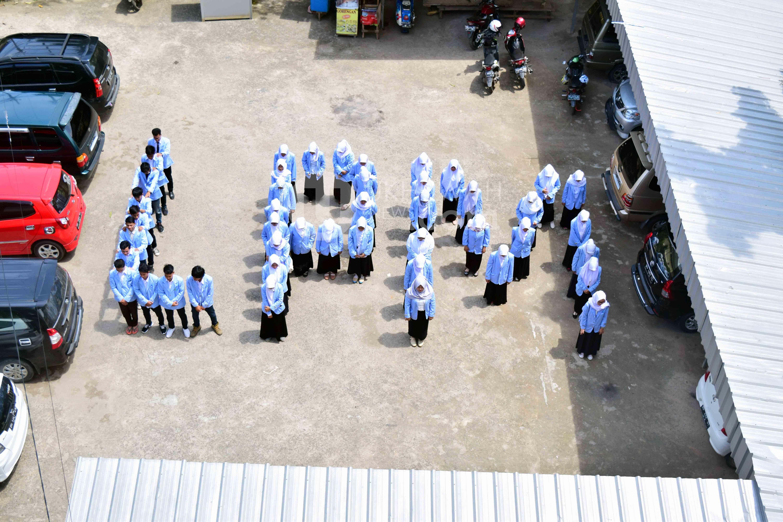 """Formasi - Anggota Lembaga Pers Mahasiswa (LPM) Ukhuwah membentuk formasi barisan """"LPM"""" sebagai bentuk cintanya kepada organisasi LPM UKHUWAH. Senin, 20/2/2017. UkhuwahNews/Sobarudin"""