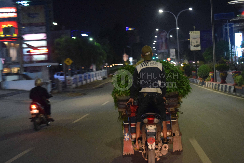 Pedagang - tampak seorang penjual sayuran di malam hari saat menuju pasar Pal 5 untuk di jual. Rabu, (22/2/2017). Ukhuwahfoto/Sobarudin