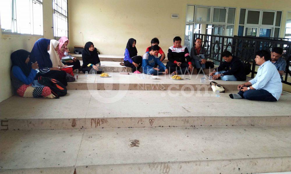 Terlihat beberapa anggota Perwakilan Forum Komunikasi Pers Mahasiswa Sumatera Selatan (FKPMS Sumsel) berdiskusi di Gedung Student Center (SC) UIN RF,Sabtu (18/02/17).Ukhuwahnews/Roby Arroct.