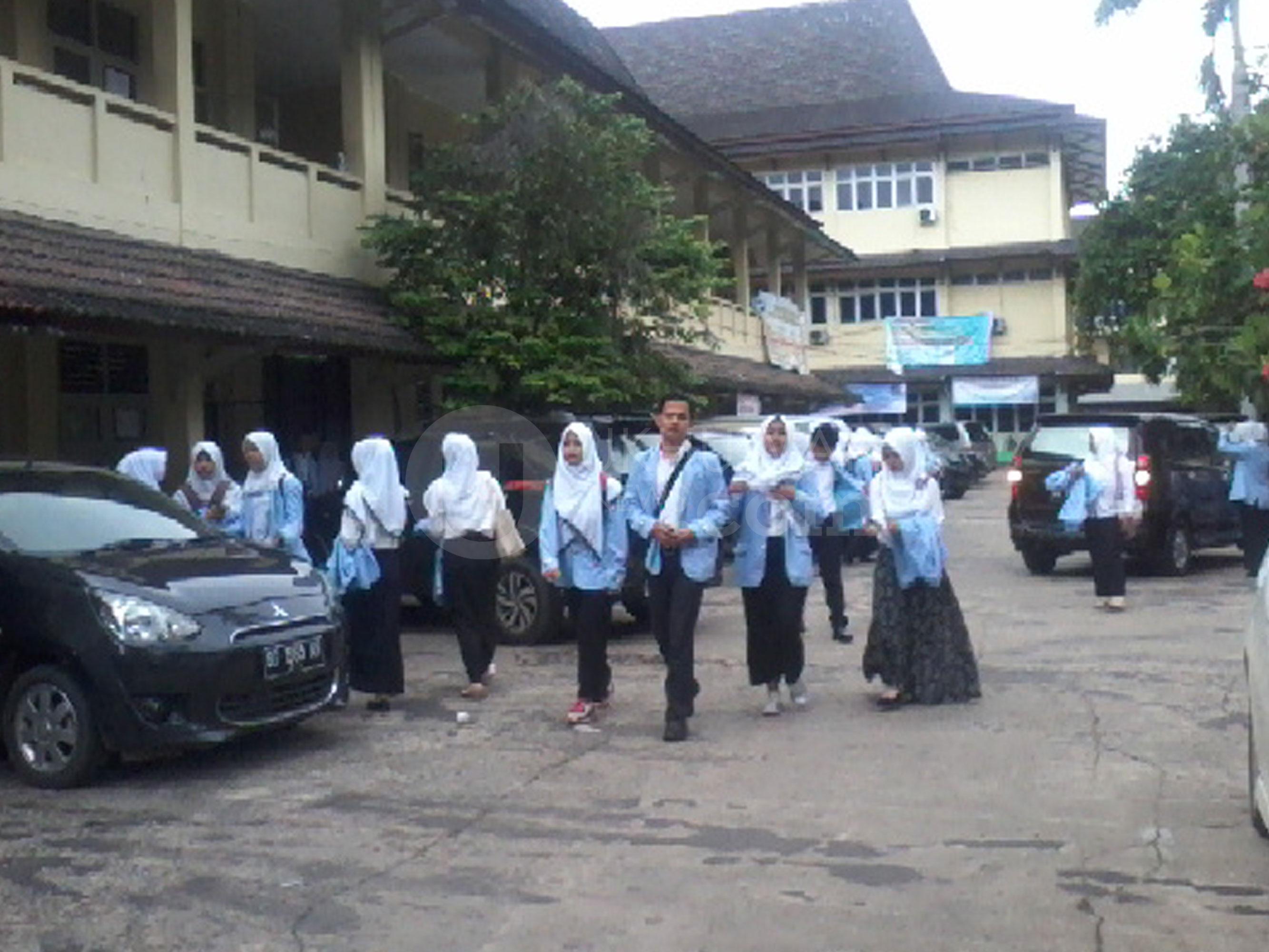 Sejumlah Mahasiswa Fakultas Syariah Universitas Islam Negeri Raden Fatah (UIN RF) Palembang yang mengikuti Pendidikan dan Latihan Kemahiran Hukum (PLKH) sedang bersiap melakukan agenda kunjungan empat pengadilan di kota Palembang, Selasa (14/2).