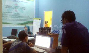 Mengurus KTM-Terlihat mahasiswa Universitas Islam Negeri (UIN) Raden Fatah Palembang yang terlambat membayar Uang Kuliah Tunggal (UKT) sedang mengurus Kartu Tanda Mahasiswa (KTM) yang diblokir oleh Pusat Teknologi Informasi dan Pangkalan Data (Pustipd), jum'at (17/02/17). Ukhuwahnews/Rohani