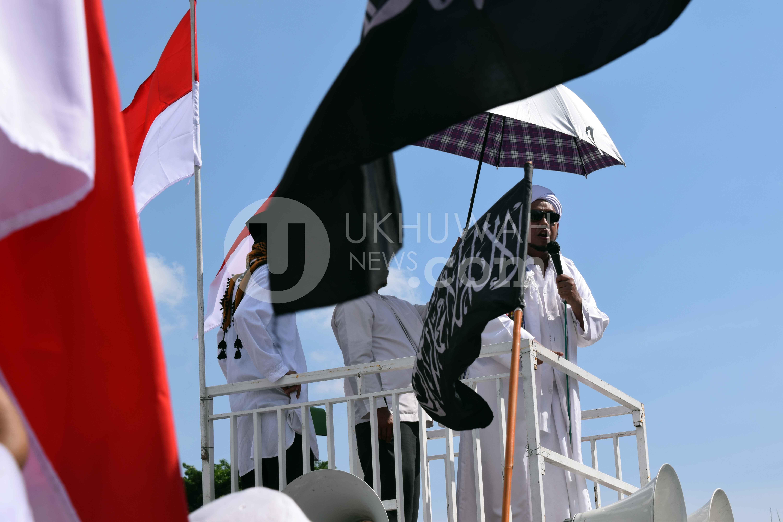 "Ketua FPI (Front Pembela Islam) Habib Mahdi Muhammad Syahab ketika menyampaikan orasinya pada aksi damai 302 ""Bela Ulama"" di halaman depan Masjid Agung Sultan Mahmud Badaaruddin II Palembang, 3/2/2017. Para peserta aksi damai berharap agar tidak ada lagi kriminalisasi terhadap ulama serta tidak ada lagi penistaan agama di Indonesia khususnya di Sumatera Selatan. Ukhuwahfoto/Sobarudin."
