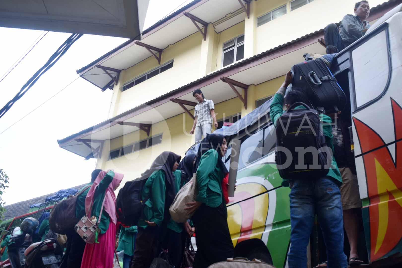 Berangkat- Sejumlah mahasiswa mahasiswa Universitas Islam Negeri Raden Fatah (UIN RF) Palembang mengikuti Kuliah Kerja Nyata (KKN) angkatan 67 sedang memasukkan barang-barangnya ke buskota yang akan berangkat ke daerah Kabupaten Banyuasin, pada Selasa (07/02/17).