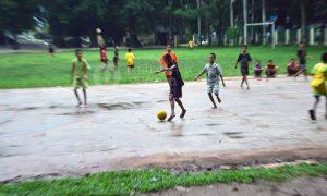 Bermain - Terlihat anak-anak dengan ceria bermain futsal setelah hujan di lapangan basket Universitas Islam Negeri Raden Fatah (UINRF) Palembang, Selasa, (21/2/2017).Ukhuwahfoto/Sobarudin