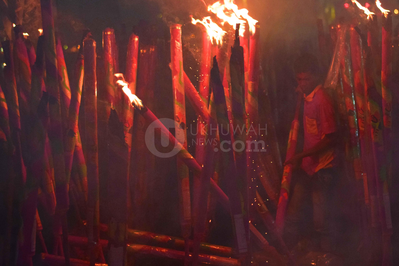Salah satu petugas perayaan Cap Go Meh sedang menyalakan  yang berada di Pulau Kemaro Kota Palembang, (8/2/2017). Ribuan Masyarakat dari seluruh daerah di Sumatera Selatan berdatangan ke Pulau Kemaro saat perayaan Cap go Meh baik untuk beribadah maupun hanya sekedar berwisata.