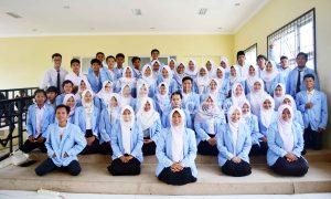Foto bersama - Foto bersama seluruh Pemimpin, Pengurus dan Anggota Lembaga Pers Mahasiswa (LPM) Ukhuwah setelah Pelantikan Kepengurusan LPM Ukhuwah 2017 di Gedung Student Center (SC). Palembang, senin(20/02/17). Ukhuwahnews/Sobarudin.