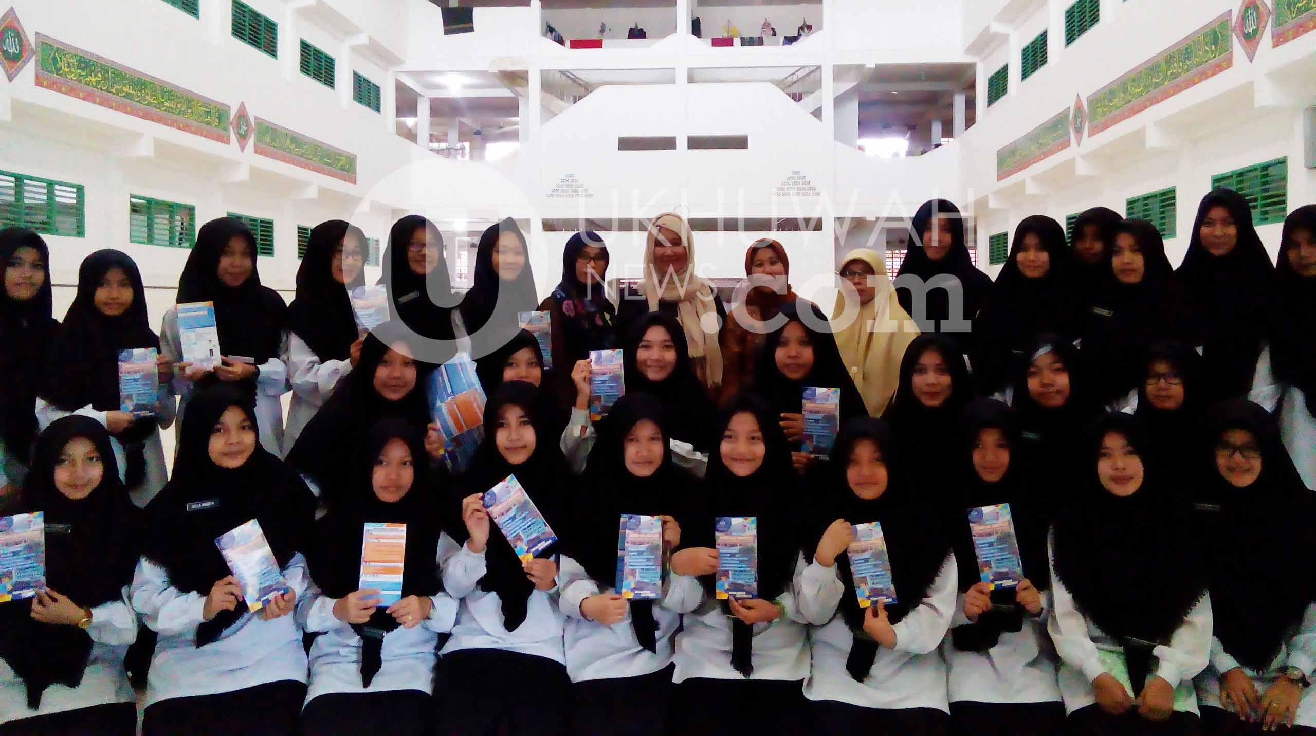 Foto bersama siswa yang menjadi peserta sosialisasi, untuk promosikan Universitas Islam Negeri Raden Fatah (UIN RF) Palembang. Senin, (27/02/17). Ukhuwahnews.com/Rasman