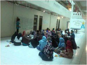 Suasana belajar mengajar Program Pare Bahasa Inggris yang diselenggarakan Ma'had al-Jami'ah Universitas Islam Negeri Raden Fatah (UIN RF) Palembang, Selasa (14/02/17). Ukhuwahnews/Mita Rosnita