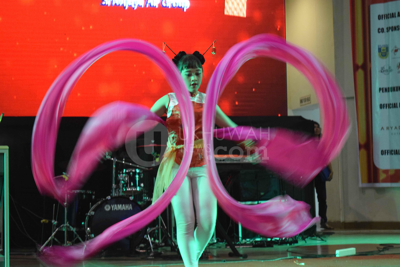 Penari - Tarian yang di tampilkan dalam Festival Imlek Indonesia di Gedung Palembang Sport and Convetion Center (PSCC), Palembang, (12/2/2017). Selain tarian juga dalam festival imlek Indonesia ini menampilkan pertunjukan musik.