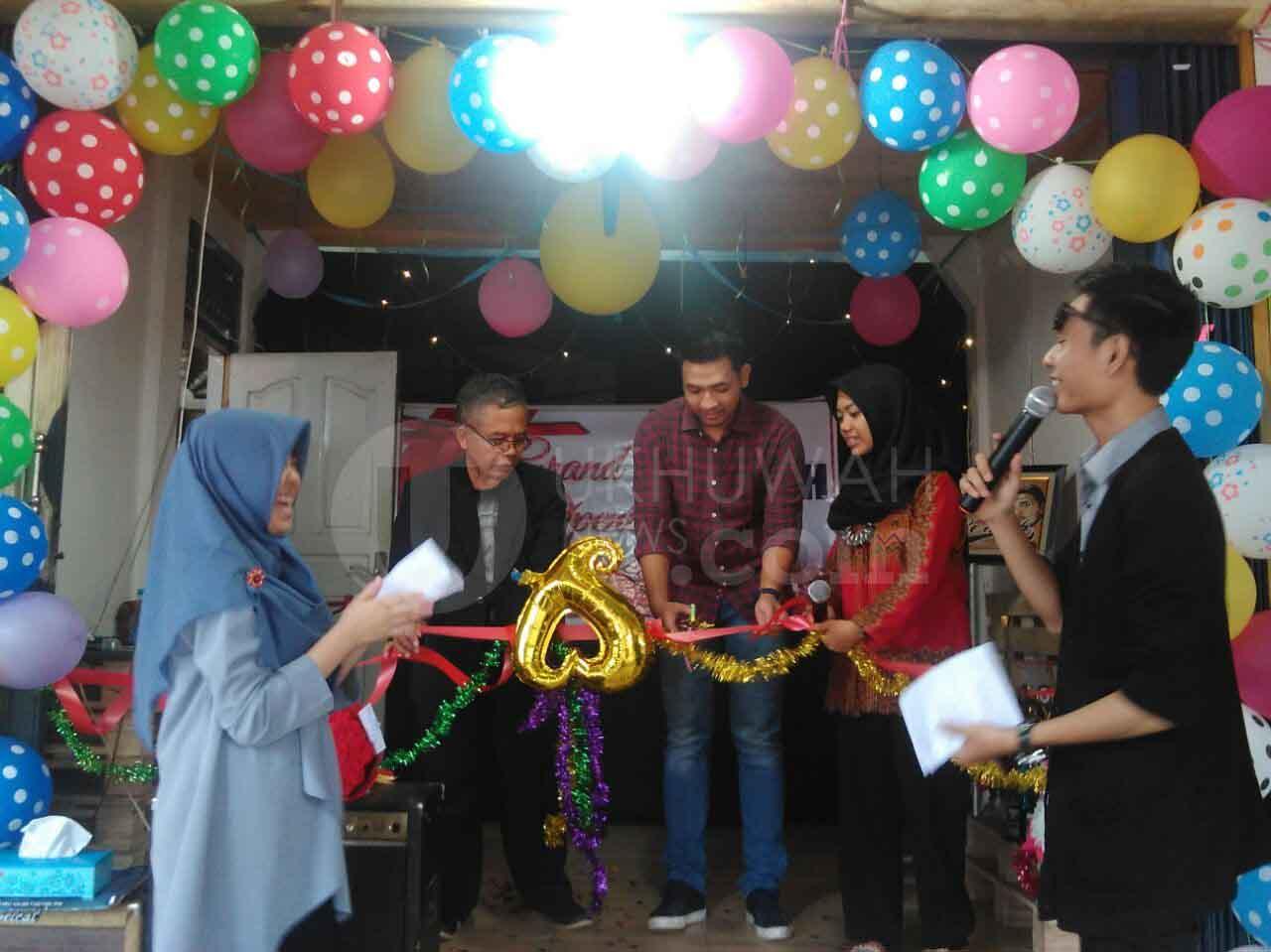 Pemotongan Pita- Berlangsungnya simbolis pemotongan pita resminya dibuka Kedai Berkah, di KM. 6,5, Minggu, (12/02/17)