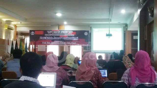 Seluruh peserta memperhatikan materi yang dijelaskan, Asesor Jurnal Nasional Direktorat Jenderal Pendidikan Tinggi (Dikti), Prof. Dra. Myrtati D. Artaria, M.A, Ph.D , di Gedung Rektorat UIN RF Palembang. ukhuwahnews/Abdul Aziz