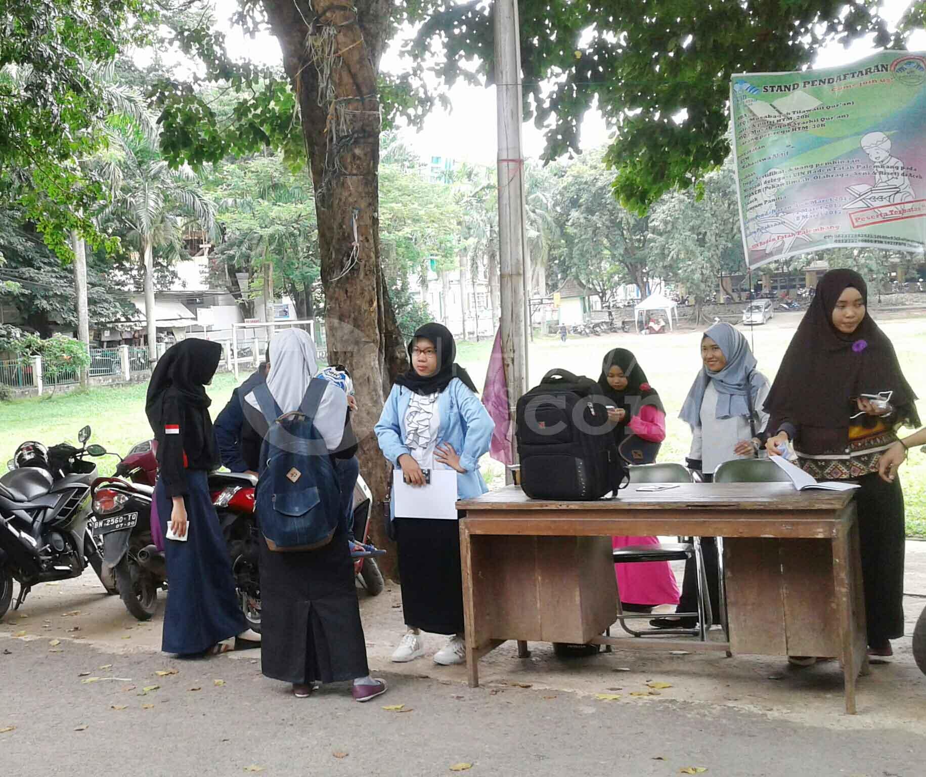 Beberapa mahasiswa terlihat sedang melakukan pendaftaran lomba Musabaqoh Tilawatil Qur'an (MTQ) dan Musabaqoh Syahril Qur'an (MSQ). Palembang, Rabu, (01/03/17). Ukhuwahnews/Uci