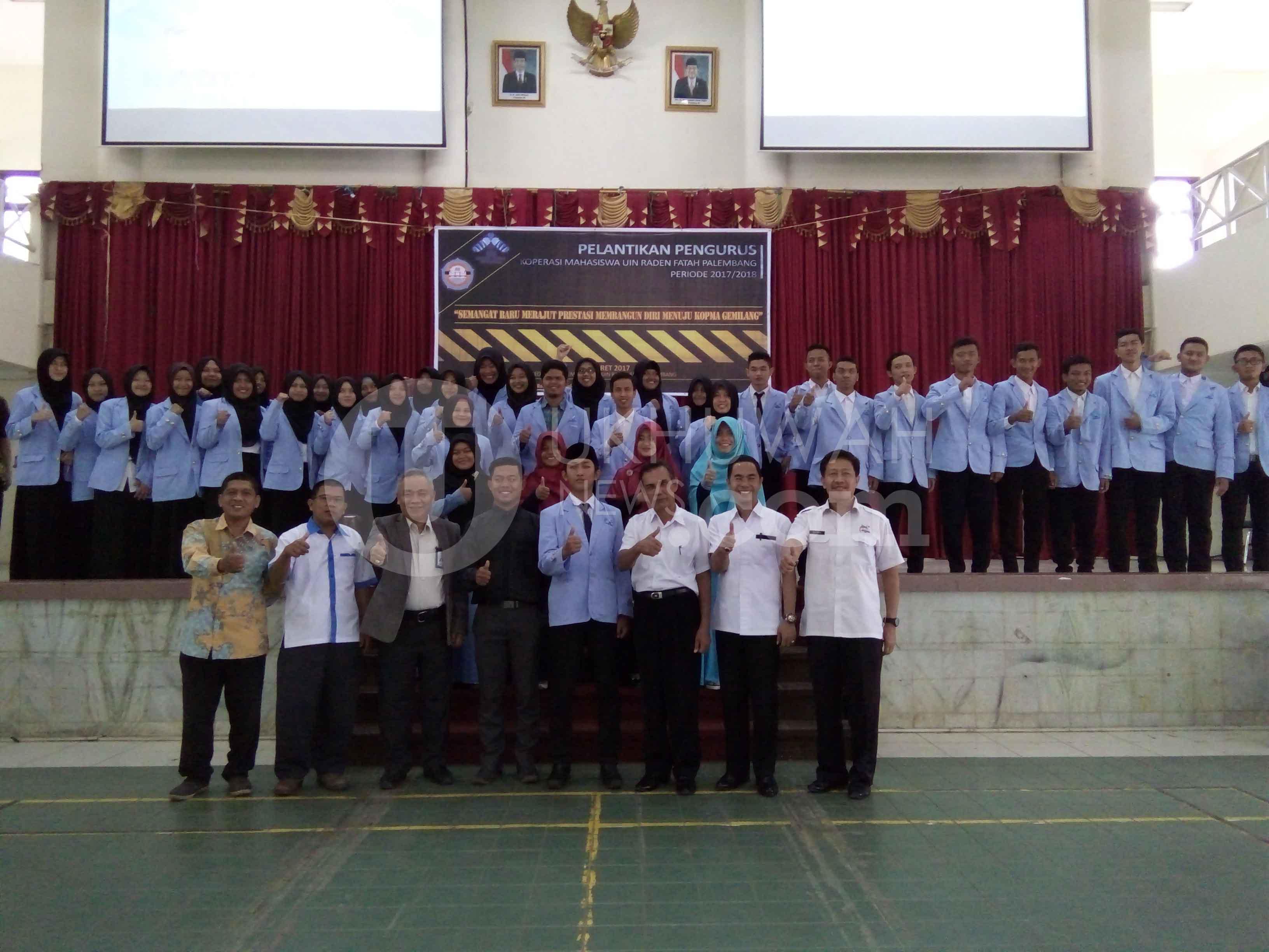 Foto seluruh anggota dan kepengurusan baru Kopma, bersama Wakil Rektor II UIN RF, Dr. Zainal Berlian, S.H., MM., DBA. Di gedung Academic Center UIN RF. Palembang, Rabu, (01/03/17). Ukhuwahnews.com/Erna