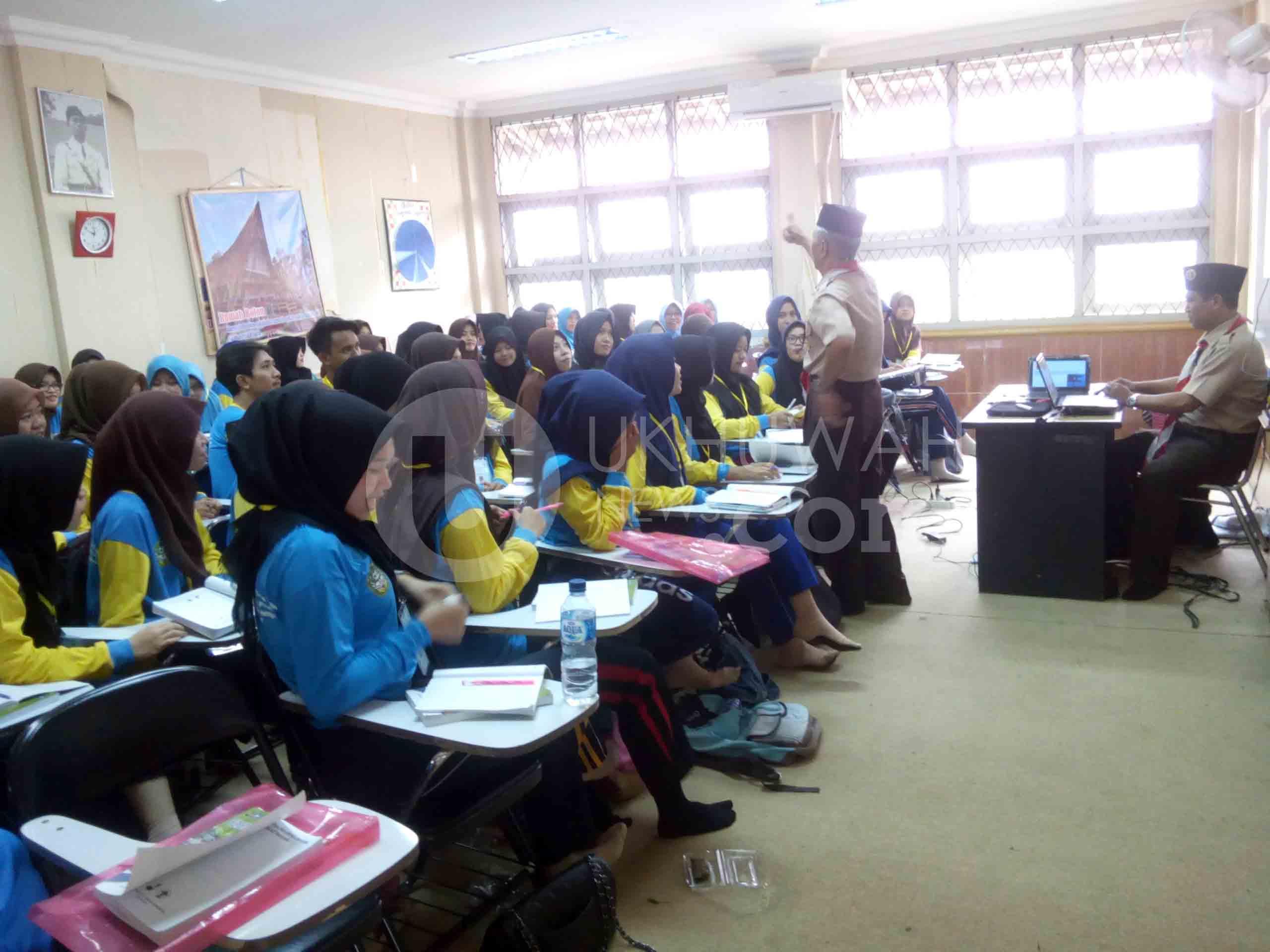 Pelatih dari Kwarda Sumatera Selatan sedang memberikan materi pada peserta Kursus Mahir Dasar (KMD) Pembina Pramuka di salah satu kelas Program Studi (Prodi) PGMI Universitas Islam Negeri Raden Fatah (UIN RF) Palembang. Kamis,(02/03/17).Ukhuwahnews/Hidayat.