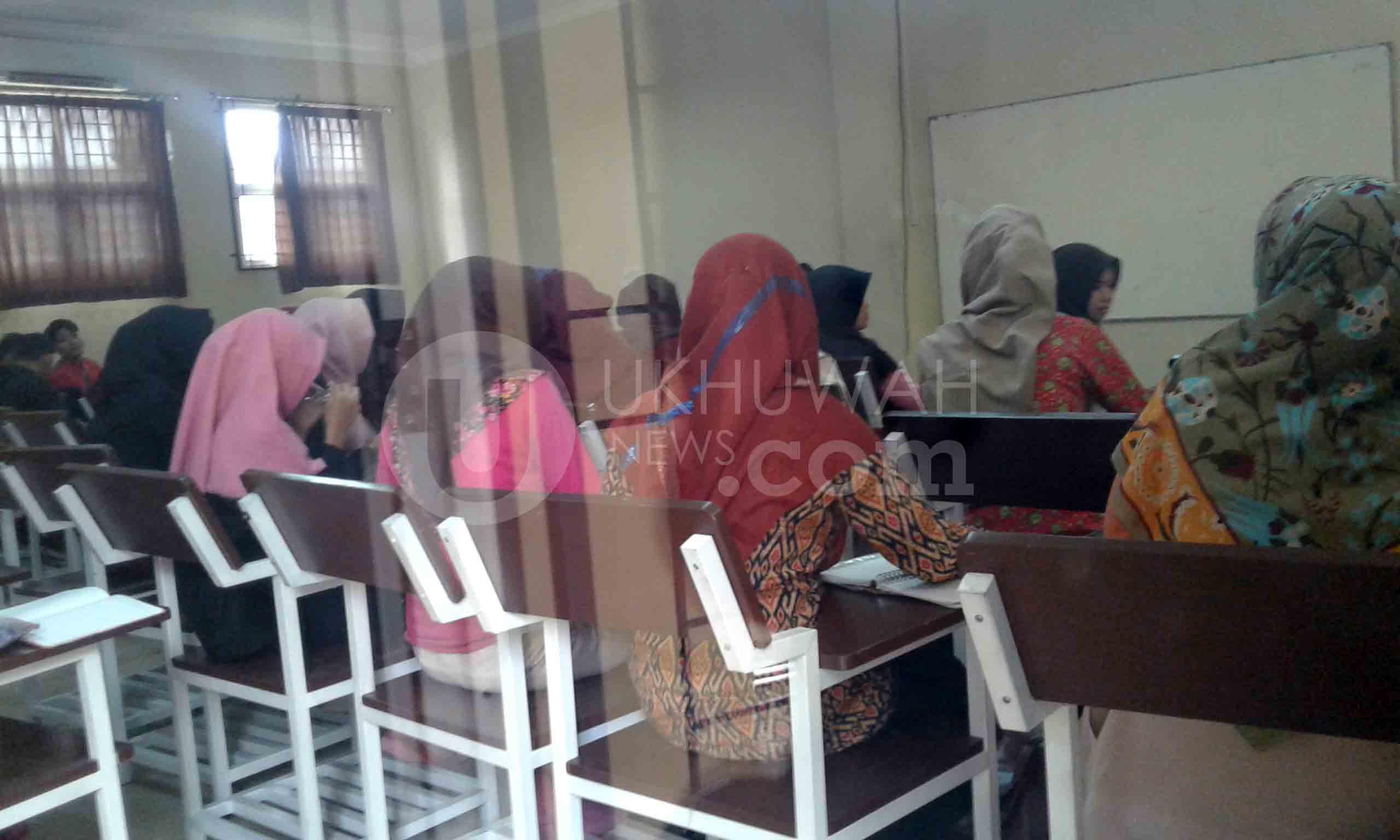 Mahasiswa Jurusan Sistem Informasi (SI) Universitas Islam Negeri Raden Fatah (UIN RF) menggunakan ruang belajar di Gedung B Fakultas Dakwah dan Komunikasi (Fadkom).Selasa,(07/03/17).Ukhuwahnews/Rahmi Widya
