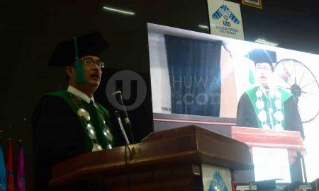 Rektor Universitas Islam Negeri Raden Fatah (UIN RF) Palembang Prof. Drs. H. M. Sirozi, MA, Ph.D berpidato saat pelaksanaan Wisuda ke-65 UIN RF di gedung Academic Centre UIN RF Palembang, (24/3/2018). Dalam pidatonya Sirozi menjelaskan tantangan para alumni UIN RF di era Disrupsi. Ukhuwahfoto/Amin Q.F.