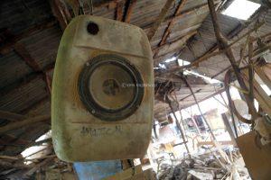 Speaker aktif yang dimodifikasi dengan bahan dirigen terpasang di lokasi pembuatan ukiran lemari kayu
