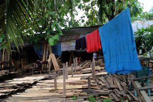 Suasana Industri Rumahan Lemari Ukir di Sukabangun Palembang