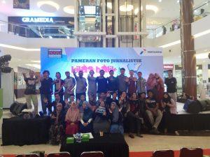"""Para peserta diskusi fotografi dengan tema """"Memotret Dengan Ponsel"""" berfoto bersama dengan para pemateri dan panitia Kilas Balik 2016-2017 PFI Palembang di Atrium OPI Mall Palembang, (23/4/2018). Foto/Doc PFI Palembang"""