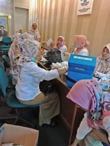 Sejumlah petugas vaksin dari Puskesmas Skip melakukan persiapan sebelum memberikan vaksin kepada mahasiswa dan mahasiswi di Univeristas Islam Negeri Raden Fatah Palembang, (24/4/2018). Foto/IST