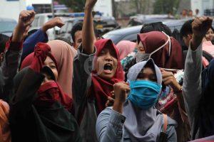 Ekspresi salah satu peserta demo yang tergabung dalam Gerakan Mahasiswa di depan halaman kantor Rektorat UIN Raden Fatah Palembang, (30/4/2018). GAM diantaranya menuntut penjelasan mengenai sistrm Uang Kuliah Tunggal (UKT) dan menagih janji pembangunan kampus B UIN RF yang tak kunjung direalisasikan.