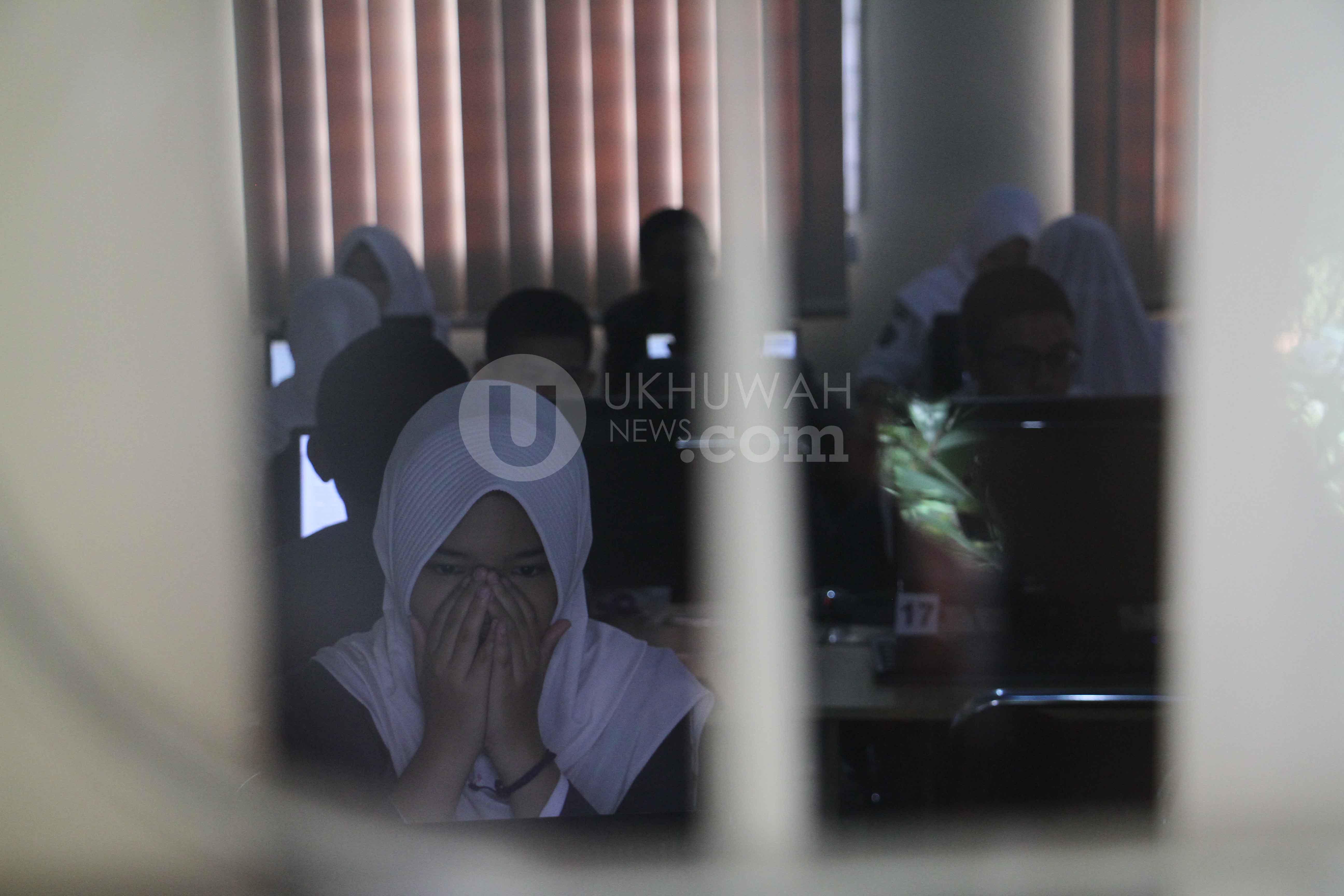 UNBK - Sejumlah siswa-siswi mengerjakan soal Ujian Nasional Berbasis Komputer (UNBK) di salah satu lokal kelas SMPN 9 Palembang, Rabu (25/4/2018. ). Di Palembang sendiri pelaksanaan UN terbagi dua yakni Ujian Nasional Berbasis Komputer sebanyak 41 persen dan sisanya masih menerapkan Ujian Nasional Kertas Pensil (UNKP). Ukhuwahfoto/Nopri Ismi