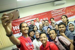 Peserta dan mentor berswafoto bersama seusai pelatihan di hari pertama.