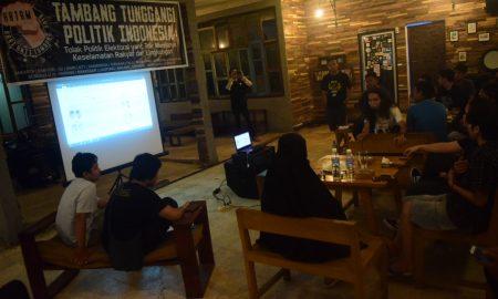 Suasana diskusi sekaligus nonton bareng film dokumenter Pesta Demokrasi Berlumur Batubara di 4sore food station Palembang, (30/5/2018). Ukhuwahfoto/Nopri Ismi