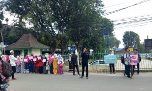 Sejumlah anggota dark Lembaga Dakwah Kampus (LDK) Refah UIN Raden Fatah melakukan pawai tarhib dengam berkeliling komplek kampus UIN RF Paembang, (11/5/2018). Ukhuwahfoto/Melati