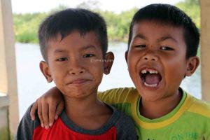 Keceriaan salah satu anak kecil yang berada di Desa Sungai Rambutan.