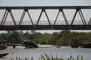 Mobil melintas di Jembatan darurat poenyebrangan menuju desa Sungai Rambutan (10/5/2018).