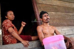 Keluarga yang tinggal di kawasan UPT 2 duduk bersantai didepan teras rumahnya.
