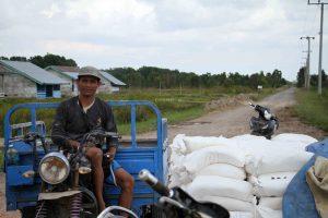 Salah satu buruh penjual pupuk duduk diatas motor pengangukt suplai pupuk ke sejumlah perkebunan sawit di Sungai Rambutan, (10/5/2018).