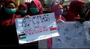 Sejumlah peserta aksi damai Bela Palestina menggelar Aksi di depan Mesjid Agung Palembang, (12/5/2018). Ukhuwahfoto/Mita Rosnita