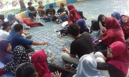 Suasana diskusi AJI Palembang bersama penggiat Pers Mahasiswa dalam rangka memperingati Hari Buruh International (May Day) di Kambang Iwak Park Palembang, Selasa (1/5). Ukhuwahfoto/Nopri Ismi