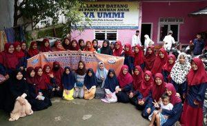 Sejumlah mahasiswa PGMI berfoto bersama dengan anak-anak di Panti Asuhan Ya Ummi Palembang, (26/5/2018). Doc Humas PGMI