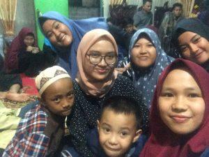 Sejumlah anggota Lembaga Pers Mahasiswa Ukhuwah UIN Raden Fatah berswafoto dengan anak-anak di Panti Asuhan Cahaya Kemuning, Palembang (9/6/2018).Ukhuwahfoto/Syarifah