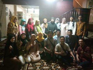 Foto Bersama Anggota OMIK UIN RF dengan jajaran Pimpinan UIN RF dalam acara Buka Bersama di kediaman Rektor UIN Rf Palembang, (7/6/2018). Ukhuwahfoto/Pipin Elis