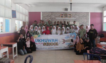 Peserta dan panitia UGTS LPM Ukhuwah berfoto bersama seusai kegiatan, (26/7/2018). Ukhuwahfoto/Mona
