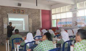 Janero Desen memberikan materi seputar videografi dalam acara UGTS LPM Ukhuwah bertempat di SMA Nurul Iman Kota Palembang, (16/7/2018). Ukhuwah foto/Mona