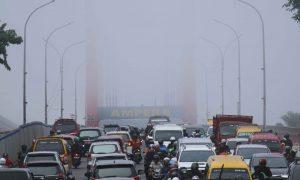 Puluhan kendaraan roda dua serta roda empat melintasi jembatan Ampera Kota Palembang, (4/7/2018). Menurut keterangan BMKG Palembang, kabut yang menyelimut bukanlah asap melainkan embun pagi. Ukhuwahfoto/Nopri Ismi