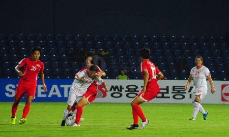 Pesepak Bola wanita Tajikistan Safarova Zulaikho(tengah) dibayangi dua Pesepak Bola wanita Korea Utara RI Hae Yon (kiri) dan YU Jong Im (kanan) di Pertandingan cabang sepak bola wanita pada Penyisihan Grup B Sepakbola Wanita Asian Games 2018 di Stadion Bumi Sriwijaya, Palembang, Sumsel, Indonesia, Jumat (17/8). Dalam pertandingan tersebut dimenangkan oleh Tim DPR Korea Utara dengan skor 16-0 . Ukhuwahfoto/M.Amin Qoblal Fajri
