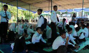 Sejumlah peserta PBAK UIN Raden Fatah terpaksa mengikuti kegiatan diluar gedung Academic Centre dikarenakan kapasitas gedung yang tidak memadai, (14/8/2018). Ukhuwahfoto/Siti Wijaya