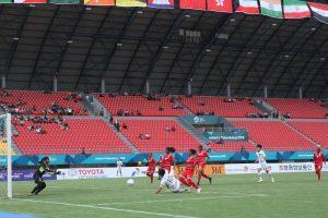 Ki Soyun Kapten Timnas Sepakbola Wanita Korea Selatan terjatuh saat berusaha merebut bola didepan gawang Timnas Maladewa, di Stadion Gelora Sriwijaya Palembang, (19/8/2018). Ukhuwahfoto